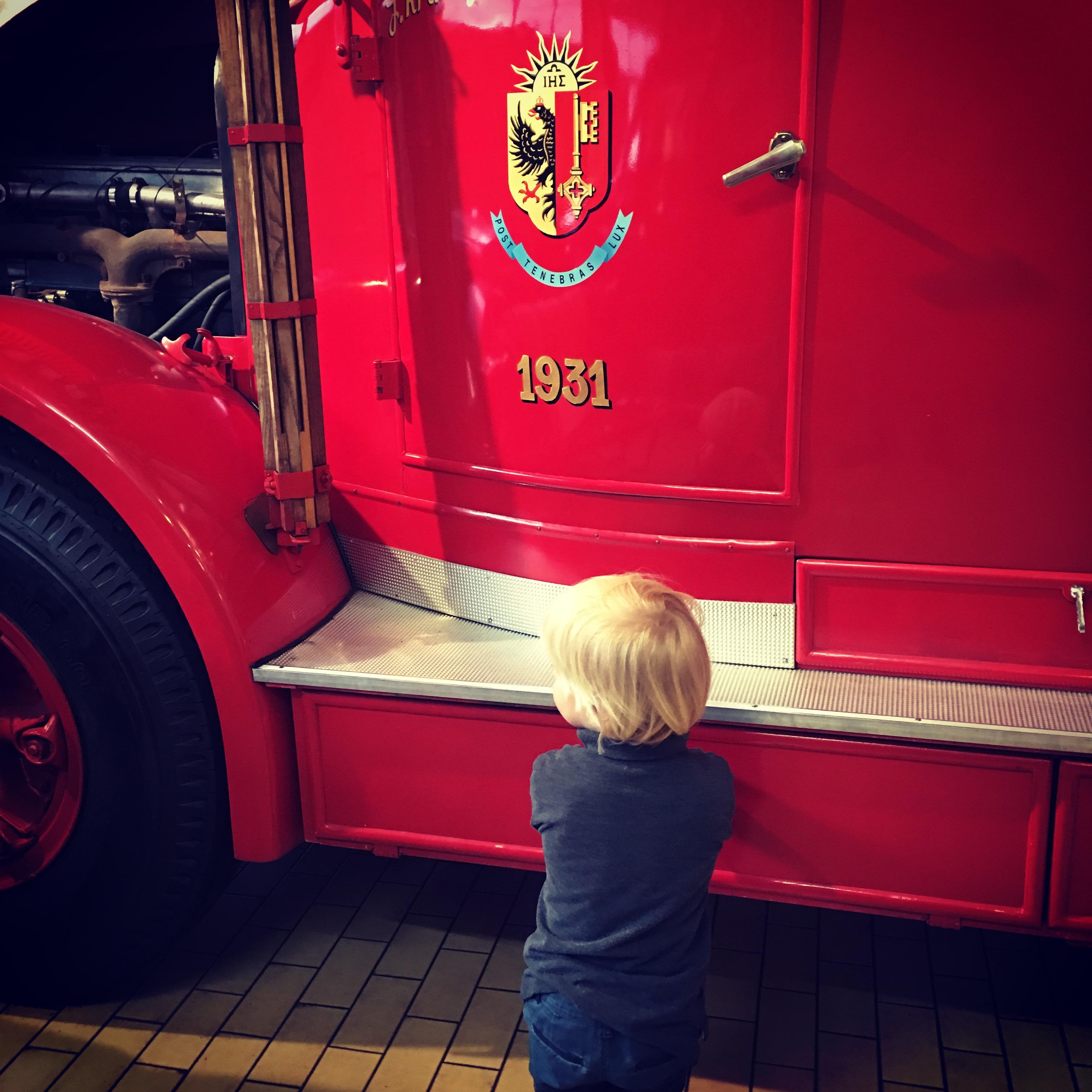 bonhom devant les pompiers