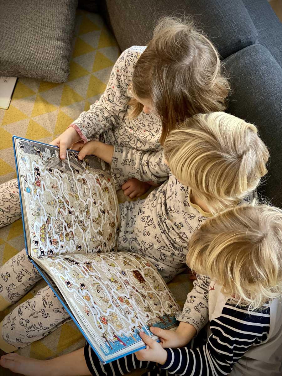 Les enfants lisent Le fil d'Ariane, de Jan Bajtlik