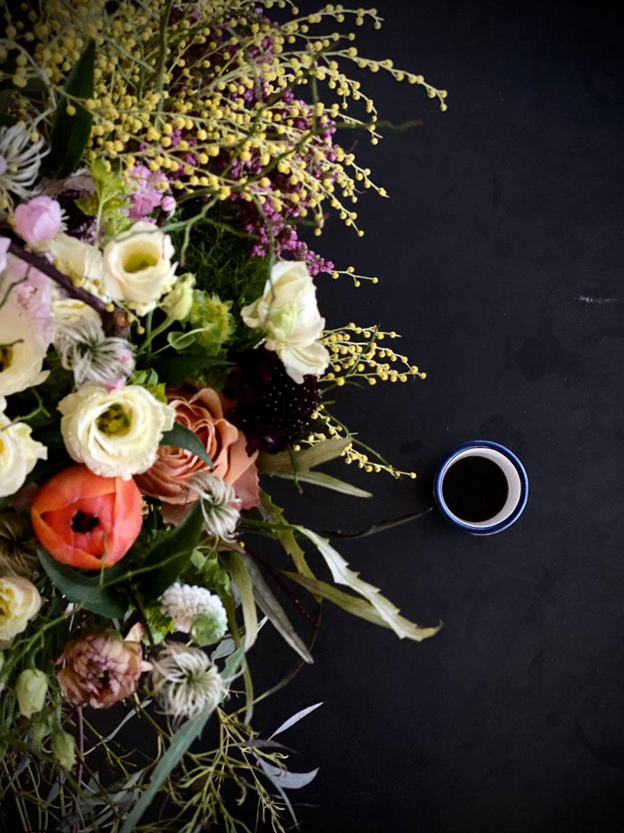 Bouquet de fleurs et tasse de café