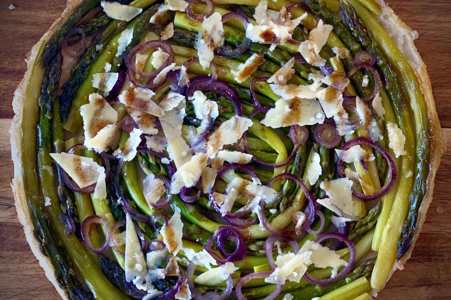 Tarte tatin aux asperges avec copeaux de parmesan
