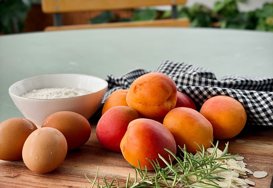 Abricots, romarin et amandes avant la préparation du gâteau